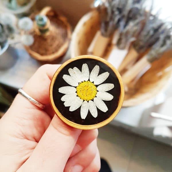 Broche fleurie en bois - Marguerite - Broche fleurs séchées