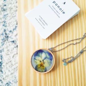 Collier fleuri HELENA - Pensée bleu clair - Bijoux en fleurs séchées