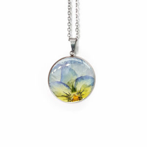 Collier fleuri NINA - Pensée bleu clair - Bijoux en fleurs séchées