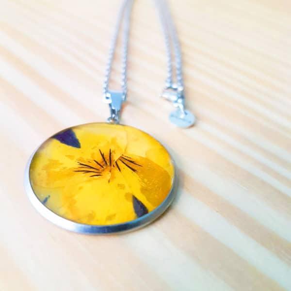 Collier fleuri NINA - Pensée jaune / violette - Bijoux en fleurs séchées