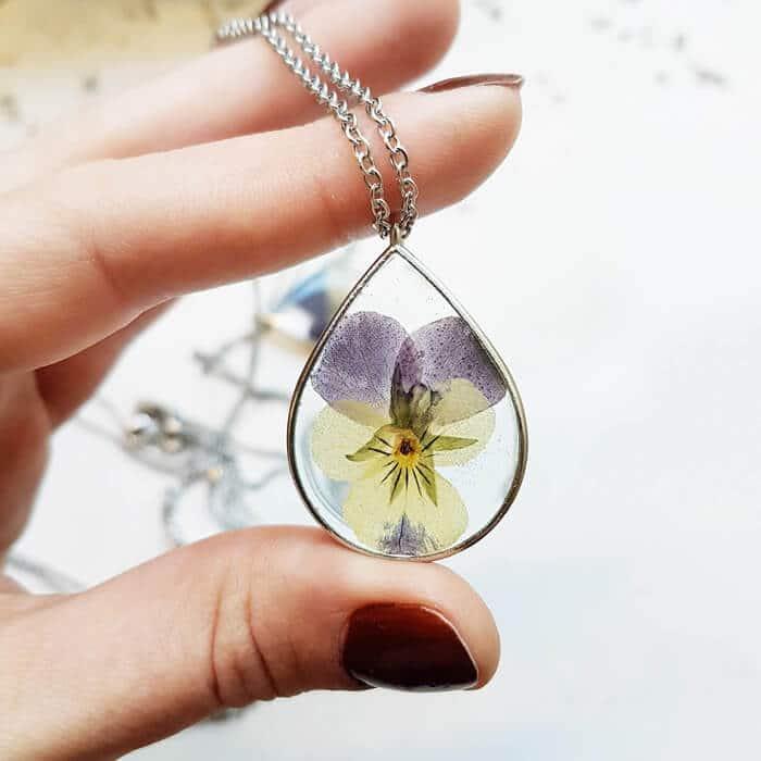 Collier fleuri EWA - Pensée Mauve - Bijoux fleuris écologiques