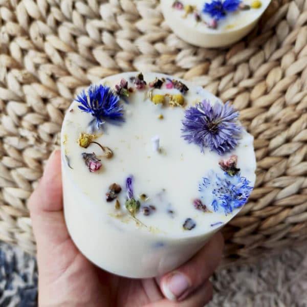 Bougie fleurie aux huiles essentielles bio Cèdre x Patchouli 200 ml